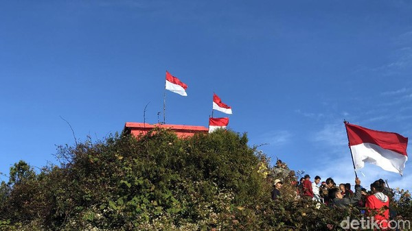Gunung ini memiliki ketinggian 2.821 mdpl (meter di atas permukaan laut).