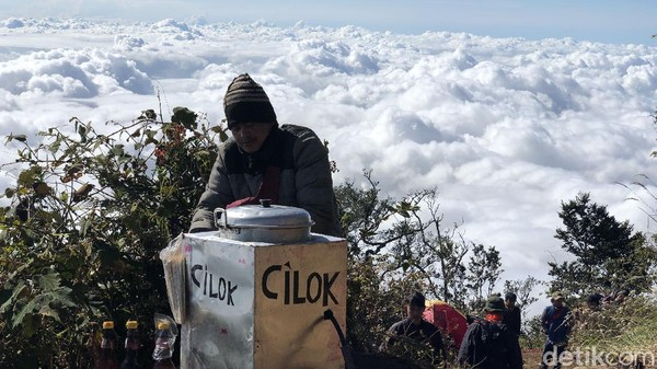 Posisi gunung ini tepatnya di daerah Garut, dan perbatasan kecamatan Bayongbong, Cikajang, dan Dayeuh Manggung. Gunung itu telah dibuka untuk pendaki sejak 8 Juni 2020.