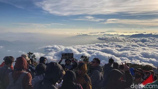 Sejumlah warga mendaki di Gunung Cikuray, Garut, Jawa Barat, Minggu (16/8/2020).