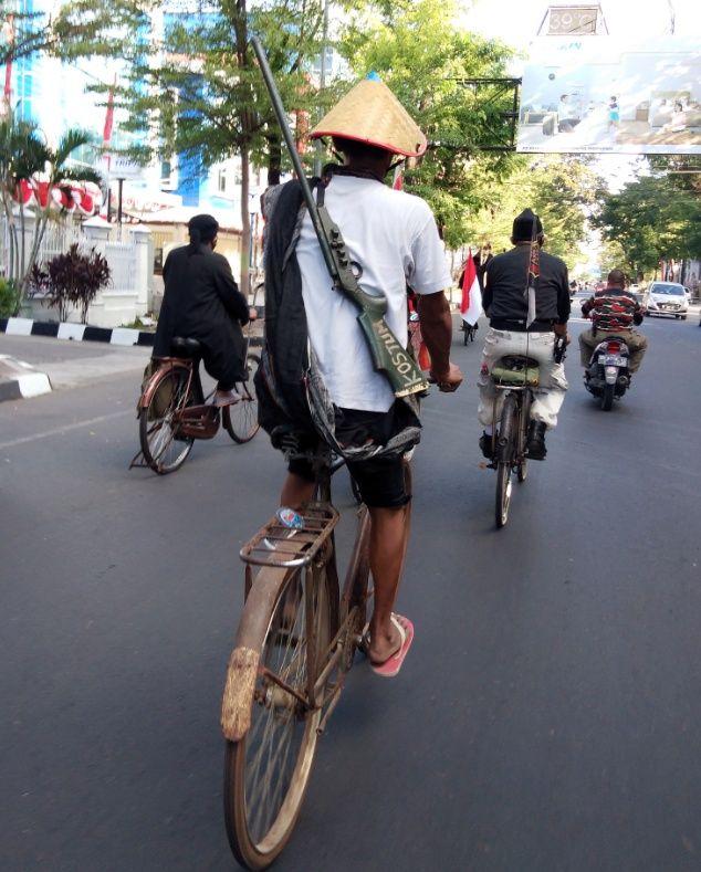 Komunitas sepeda tua di Makassar peringati 17 Agustus. (Hermawan Mappiwali/detikcom)