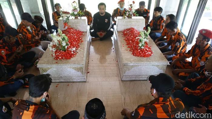 Makam Bung Hatta dan Buya Hamka di TPU Tanah Kusir, Jakarta Selatan, mulai ramai dikunjungi peziarah. Berikut foto-foto terkininya.