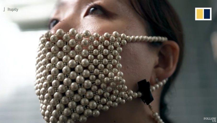 Desainer Jepang Rieko Kawanishi membuat masker terbuat dari mutiara asli.