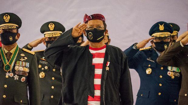 Menko Polhukam Mahfud MD mengikuti upacara virtual dengan baju khas Madura