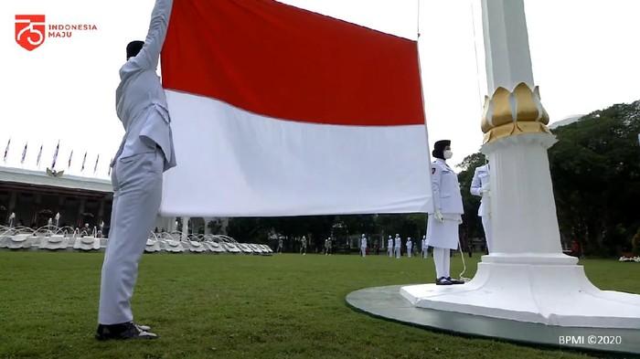 Momen Prosesi Pengibaran Bendera Merah Putih di Istana