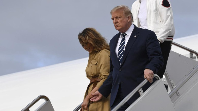 President Donald Trump and first lady Melania Trump walk down the steps of Air Force One at Andrews Air Force Base, Md., Sunday, Aug. 16, 2020. Trump was returning to Washington after spending the weekend at Trump National Golf Club in New Jersey. (AP Photo/Susan Walsh)