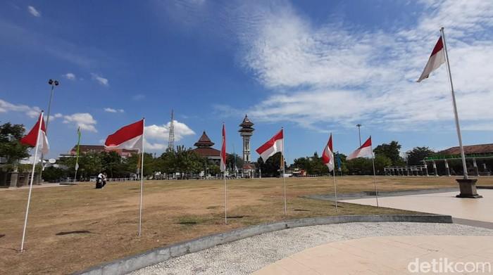 Pemasangan bendera di Alun-alun Rembang setelah dikritik Gus Mus