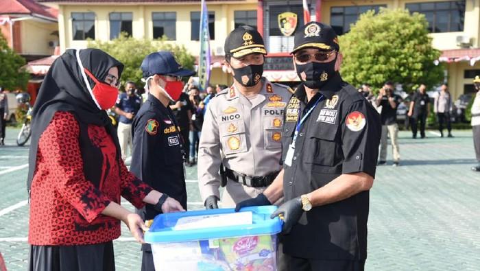 Peringati HUT RI, Polda Kalsel Bagikan 1 Juta Masker ke Warga