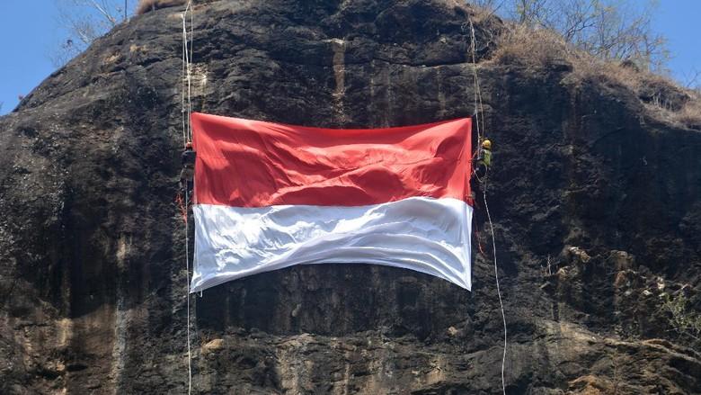Pengibaran bendera Merah Putih dilakukan disejumlah lokasi di Indonesia. Mulai dari pantai hingga udara. Penasaran? Yuk, intip foto-fotonya!