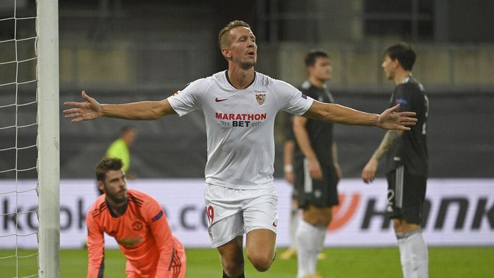 Sevillas Luuk de Jong celebrates after scoring his sides 2nd goal of the game during the Europa League semifinal soccer match between Sevilla and Manchester United in Cologne, Germany, Sunday, Aug. 16, 2020. (Ina Fassbender/Pool Via AP)