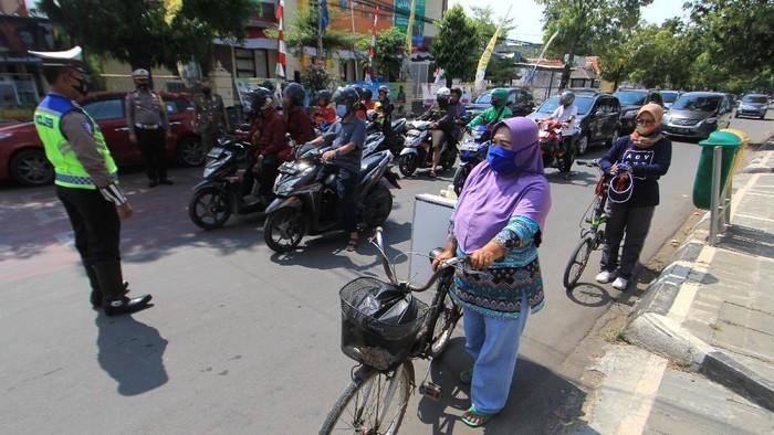 Momen detik-detik proklamasi dilakukan warga Indonesia dengan berhenti sejenak dari aktivitas dan berdiri melakukan sikap sempurna.