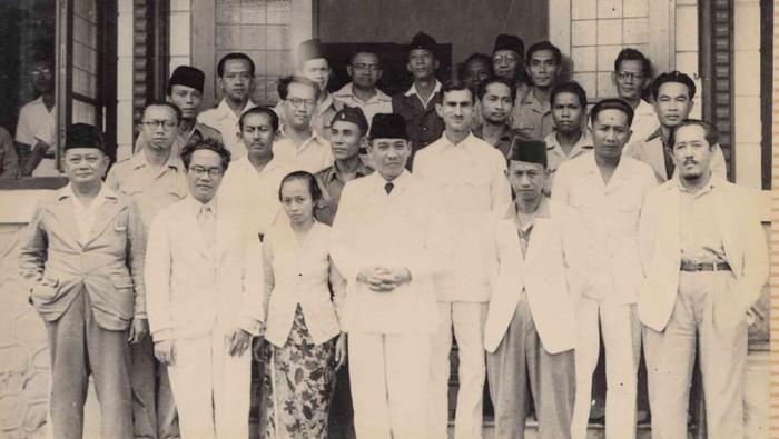 SK Trimurti bersama Sukarno dkk (Dok. Perpustakaan Nasional)