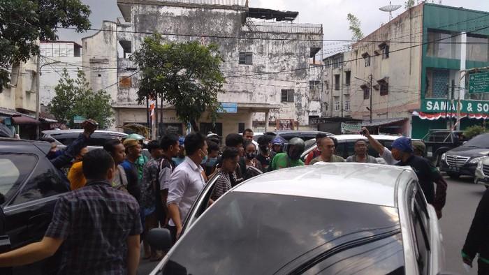 Suasana saat polisi amankan 3 terduga anggota geng motor di Medan (Datuk Haris-detikcom)