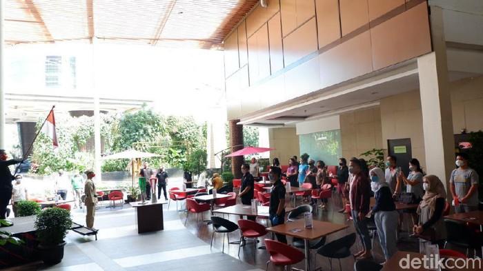 Tamu hotel di Bandung ikut peringati HUT RI ke-75.