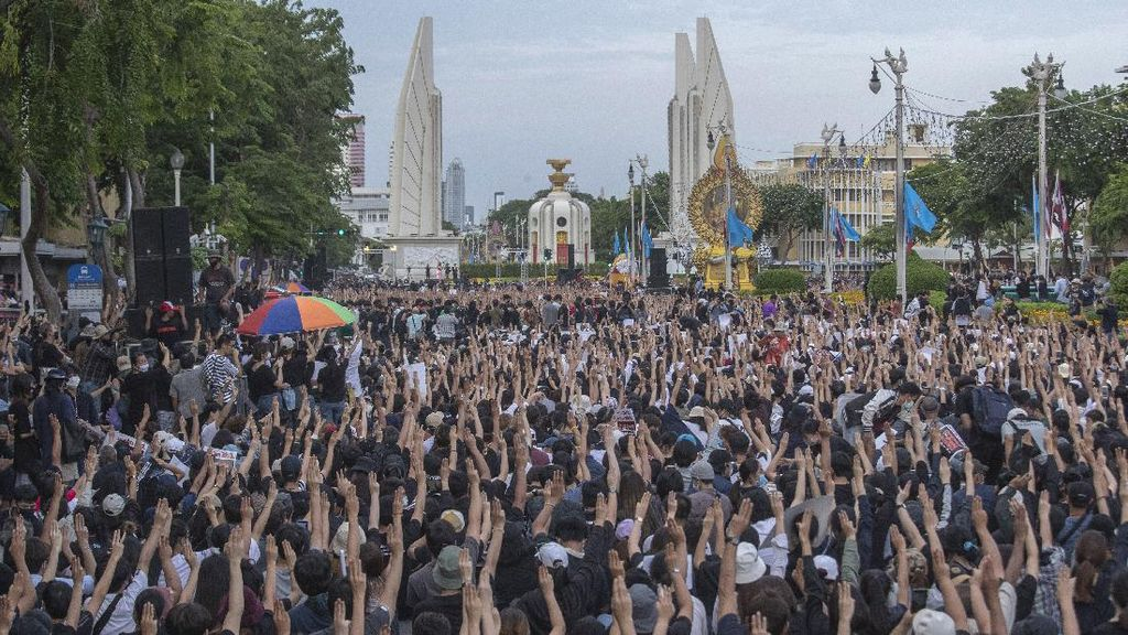 Warga Thailand Unjuk Rasa Besar-besaran Bidik Militer dan Kerajaan