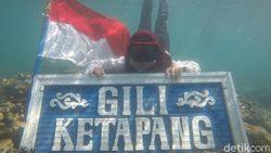 Bendera Merah Putih Membentang di Bawah Laut Pulau Gili Ketapang