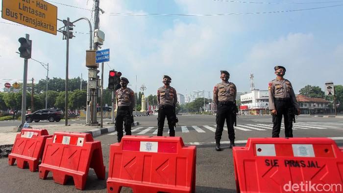 Jelang upacara peringatan HUT ke-75 RI sejumlah titik menuju Istana Merdeka ditutup. Salah satunya adalah jalan Gajah Mada, Jakarta, Senin (17/8/2020).