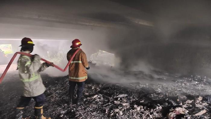 Ada yang Bakar Sampah, Api Berkobar di Kolong Tol Jagorawi Pagi Tadi