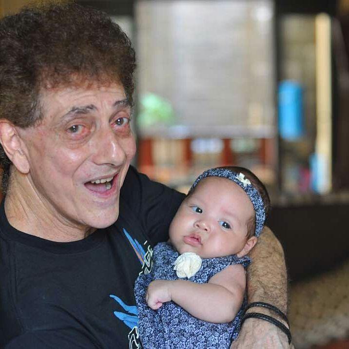 Meski demikian, Ahmad Albar tetap berusaha menjadi ayah terbaik untuk sang putri bungsu. (Foto: Instagram @dewiye04)