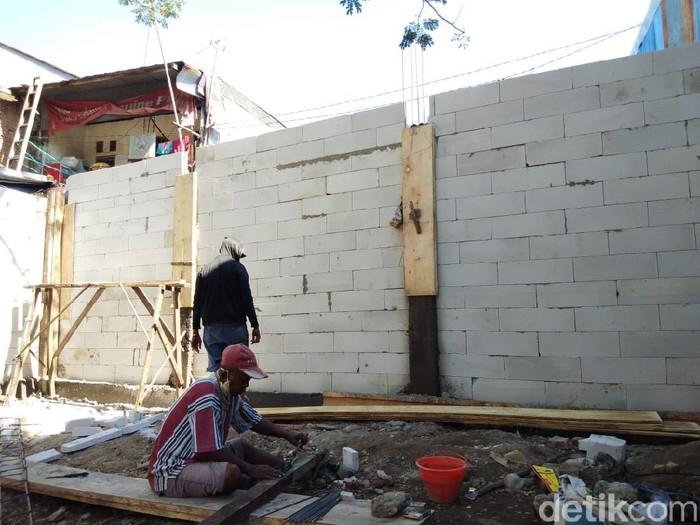 Akses rumah lansia di Makassar dipagari tembok (Hermawan-detikcom).