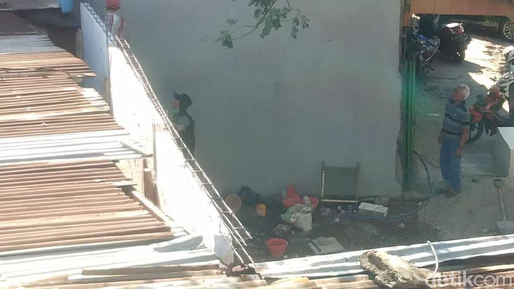 Penampakan Tembok Setinggi Atap yang Tutup Akses Rumah Lansia di Makassar