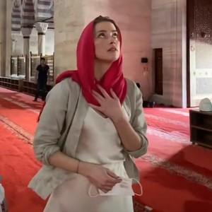 6 Gaya Kontroversi Amber Heard Berkerudung Tapi Seksi Saat Kunjungi Masjid
