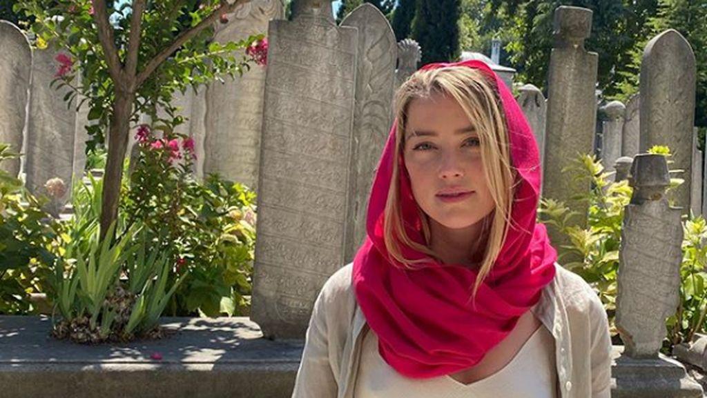 Amber Heard Jawab Tudingan Tak Pakai Bra Saat Datang ke Masjid di Turki