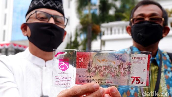 Warga di Kota Bandung mulai melakukan penukaran uang untuk mendapatkan uang Rp 75.000 Khusus HUT RI. Antrean penukaran uang itu sudah terlihat sejak pagi hari.