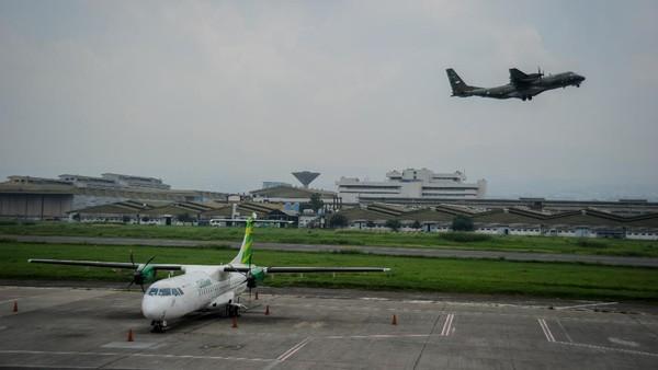 Pesawat TNI AU lepas landas di Bandara Husein Sastranegara, Bandung, Jawa Barat, Selasa (18/8/2020).