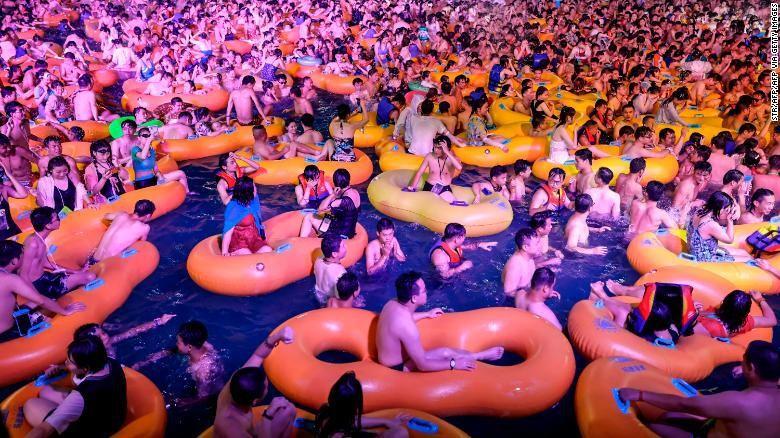 Bebas Corona, Wuhan Gelar Pesta Dugem di Kolam Renang