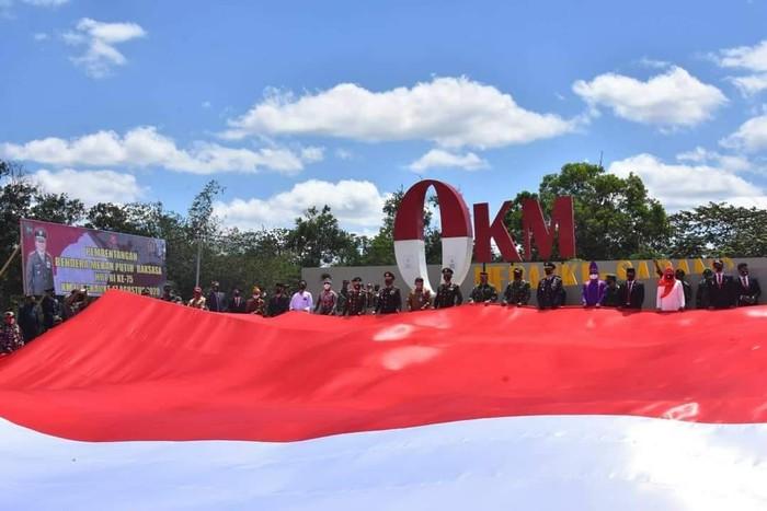 Bendera raksasa dibentangkan di Sota, Merauke. (Dok Istimewa)
