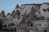 Goreme, kota batu yang paling terkenal di Cappacodia. Goreme adalah kota yang dipenuhi dengan rumah pahatan dari batu. Bebatuan raksasa dengan sengaja dikeruk dan didesain menjadi sebuah rumah bagi warga lokal. Chris McGrath/Getty Images