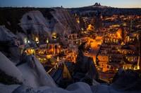 Pertama ada Kota Cappadocia, Turki. Memasuki Cappadocia, turis seakan masuk zaman di mana semua bangunannya terukir di tebing batu. Ada 6 kota yang berada di wilayah Cappadocia. Ibukotanya adalah Nevsehir, dengan populasi lebih dari 110 ribu jiwa. Chris McGrath/Getty Images