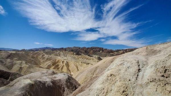 Death Valley merupakan salah satu tempat paling kering dan panas di dunia. Namun pesona keindahannya mengundang wisatawan datang ke sini. (Getty Images)