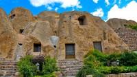 Keempat ada Desa Kandovan, Iran. Desa ini memiliki perangkat yang seluruhnya terbuat dari batu. Rumah-rumah di Kandovan pun terbuat dari batu, bahkan bagian dalamnya seperti ranjang juga terbuat dari batu. Flickr/hannaneh710