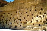 Desa Manazan bisa dibilang juga desa yang berdiri vertikal karena berada di tebing. Tebing batu ini pun terbagi menjadi 5 lantai yang dilengkapi dengan berbagai fasilitas ruangan. Mulai dari gereja, rumah tinggal, sampai pemakaman, semuanya ada di Manazan. Tempat-tempat ini semuanya berada di dalam tebing dan tidak ada yang terpisah. Istimewa/imturkey