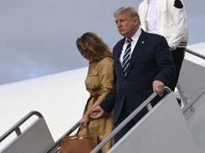 Viral, Momen Melania Tolak Digandeng Donald Trump di Tangga Air Force One