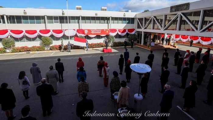 KBRI Canberra menggelar upacara peringatan HUT ke-75 Republik Indonesia. Upacara peringatan HUT RI tersebut diselenggarakan secara sederhana dengan mematuhi protokol kesehatan.