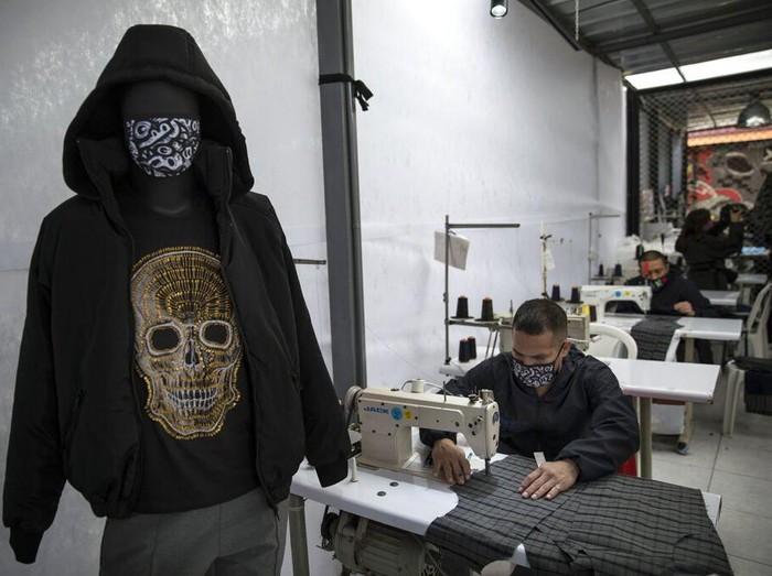 Narapidana di Kota Lima, Peru, memproduksi masker dan alat pelindung diri lainnya di masa pandemi COVID-19. Seperti apa potretnya? Yuk, lihat.