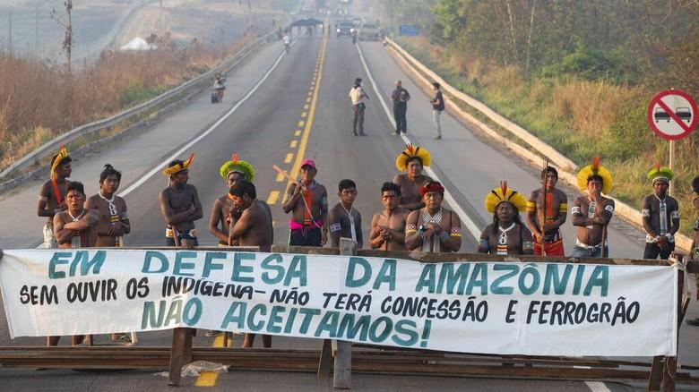 Sejumlah warga Suku Amazon memblokir jalan di kawasan Brasil. Hal itu mereka lakukan sebagai bentuk protes atas penanganan virus Corona di negara tersebut.