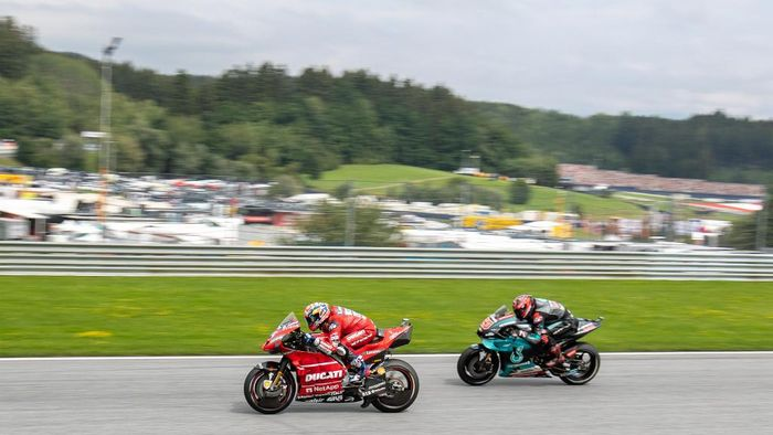 Mission Winnow Ducatis Italian rider Andrea Dovizioso and Petronas Yamaha SRTs French rider Fabio Quartararo compete during the Austrian Moto GP Grand Prix in Spielberg on August 11, 2019. (Photo by Johann GRODER / APA / AFP) / Austria OUT
