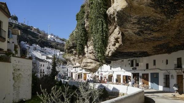 Kedua ada Kota Setenil de las Bodegas, Spanyol. Setenil adalah sebuah kota kecil yang memiliki total luas area sekitar 82 km2. Kota ini menjadi begitu menarik dikunjungi wisatawan karena dibangun dalam sebuah tebing raksasa. Istimewa/sevilla.abc.es