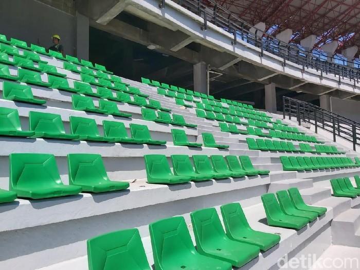 Pemkot Surabaya terus mengebut renovasi Stadion Gelora Bung Tomo (GBT) yang akan digunakan sebagai venue Piala Dunia U-20 2021. Tempat duduk single seat di tribun penonton mulai dipasang.