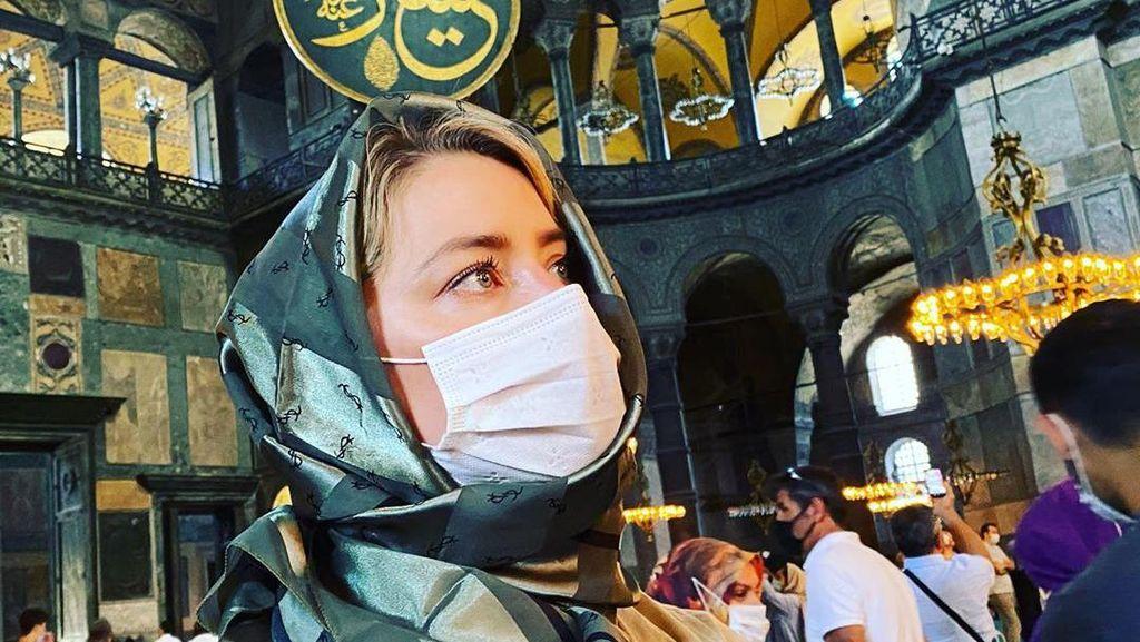 Gaya Terkini Amber Heard Kunjungi Masjid Setelah Dikritik Terlalu Seksi