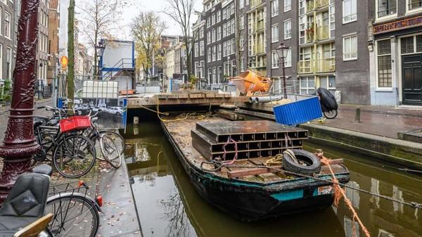 Selama pandemi COVID-19, Amsterdam memang sedikit terbantu dengan menghilangnya turis dari jalanan yang biasanya selalu ramai. Namun, hal itu tak berdampak banyak pada kondisi Amsterdam yang makin renta (Gemeente Amsterdam)