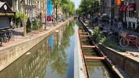 Tak hanya dinding dan permukaan tanah, jembatan yang menghubungkan kanal juga mulai runtuh dan menimpa kapal boat yang bersandar di kanal. Bahaya runtuhnya permukaan tanah kian mengintai Amsterdam (Gemeente Amsterdam)