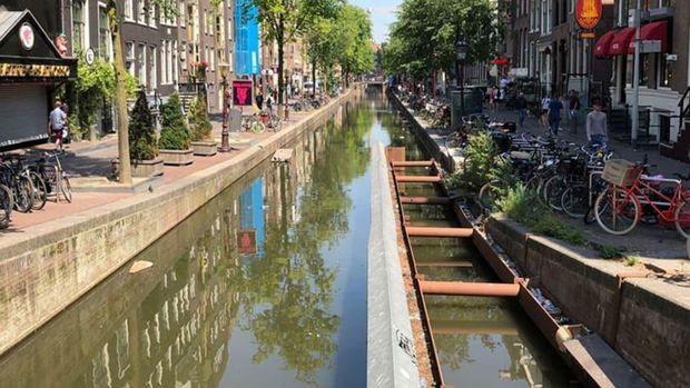 Potret kanal Amsterdam yang kian tenggelam.