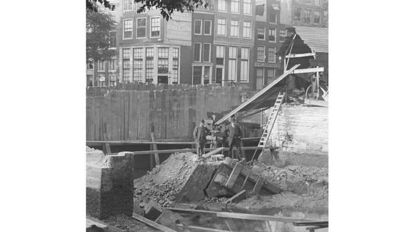 Sejarahnya, kanal di Amsterdam telah dibangun sejak abad ke-12 hingga 16. Banyak bangunan yang dibangun di atas struktur kayu dan semen sebagai penunjang tanah di sekitar Sungai Amstel (istimewa/Jacob Olie, May 18 189)