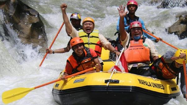 Federasi Arung Jeram Indonesia (FAJI) Provinsi Sumatera Utara (Sumut) menggelar arung jeram di Sungai Buaya. Derasnya sungai ini memang begitu menantang! (dok. FAJI Sumut)