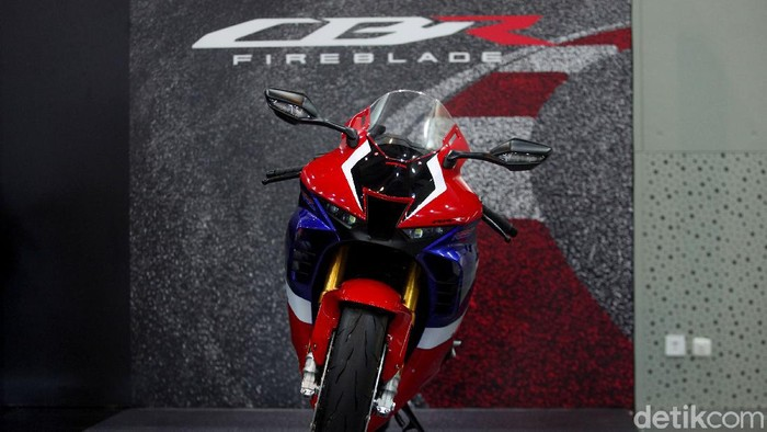Honda CBR1000RR-R Fireblade yang terinspirasi dari motor MotoGP akhirnya meluncur di Indonesia. Yuk, lihat lebih dekat detail foto-fotonya!