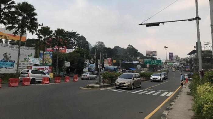 Kondisi lalu lintas (lalin) di Simpang Gadog, Kabupaten Bogor, Jawa Barat jelang long weekend atau libur panjang.